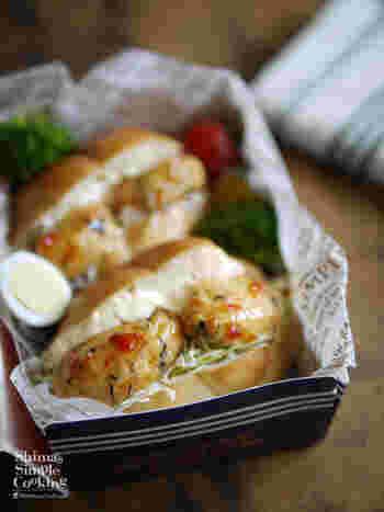 白身魚を主体にした練り物を使って、10分以内でできる簡単フィッシュバーガー。トースターでこんがりと焼きます。エスニック風味でお弁当にもおすすめです。