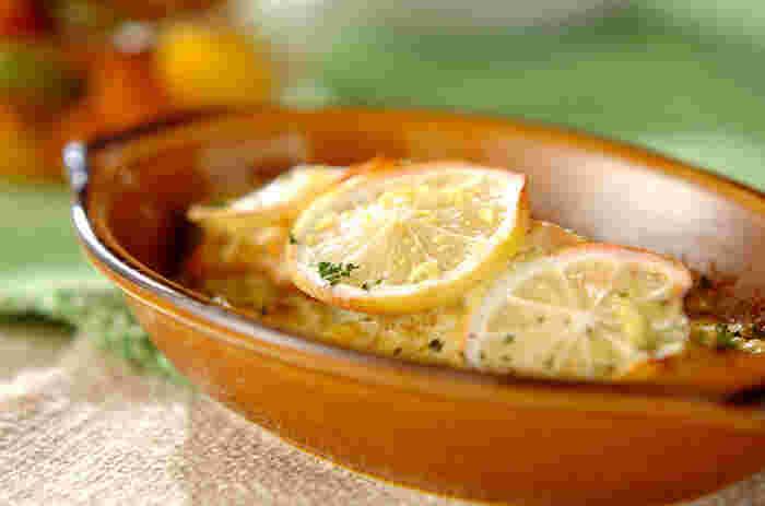 サワークリームとレモンの爽やかさが引き立つクリーミーで優しい味わいの一品。仕上げに輪切りにしたレモンをのせることで、よりレモンの風味をたのしむことが出来ます。カレー味の特製ソースをのせて焼き上げているので、お子さまも喜んで食べてくれそうですね!