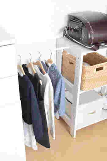 キッズスペースに洋服の収納場所を増やしたい時には、100均の突っ張り棒を使うと便利です。こちらのブロガーさんのように、棚とチェストの間に突っ張り棒を渡すだけで、簡単に収納スペースを作ることができますよ。