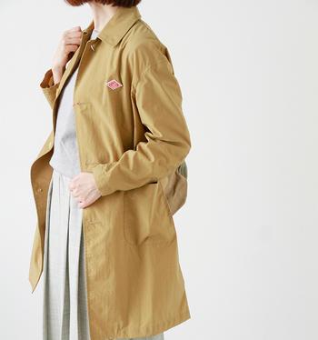 シンプルで上品なDANTON(ダントン)のナイロンボタンコート。大きめのボタンやポケットが可愛らしく、明るいカラーが気持ちまで明るくしてくれます。丈夫だけどとても軽い着心地です。