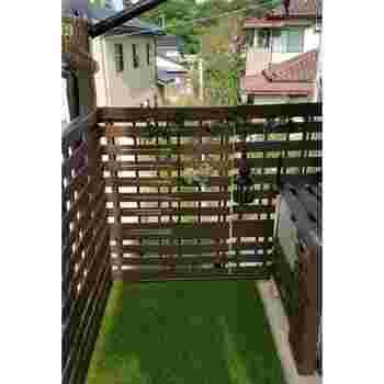 人工芝を敷き詰めて明るく爽やかな空間に。人工芝は汚れても水洗いしやすい点も良いですね。パネルタイプなら汚れたところだけ取り替えられて便利。