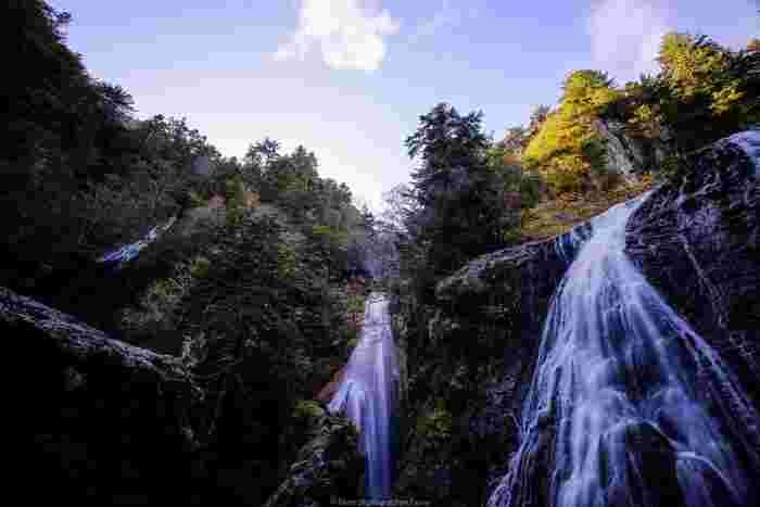 三本滝は、日本の滝百選の一つとなっている乗鞍高原内にある滝です。この滝は、異なる水源から成る落差50~60メートルほどの滝が3つ並んでおり、独特の渓谷美をつくり出しています。