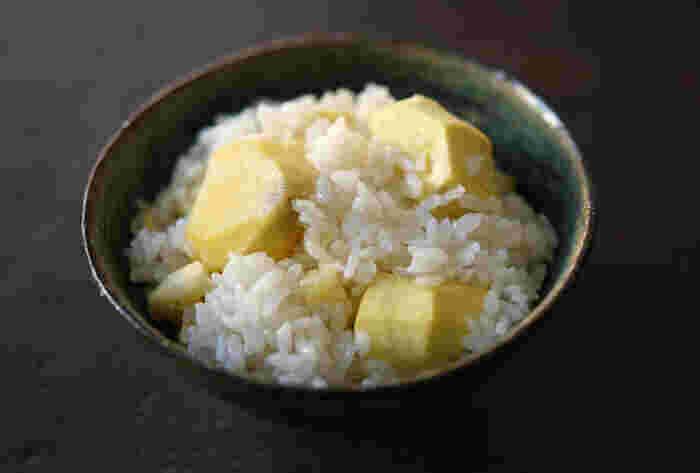 菊と共に重陽の節句に食べられてきた栗。栗を丸ごと入れて炊き込む炊き込みご飯は、ふっくら甘い、見た目にも贅沢な一品になります。塩とお酒のみのシンプルな味付けで、秋をたっぷり堪能できます。