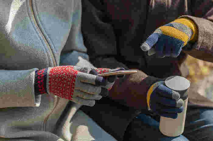 手袋をしている時、スマホの操作って煩わしく感じたりしませんか?スマホ対応の手袋を使えば、手袋を外したりしないで快適に操作することが可能です。これから手袋を買おうかと考えているなら、スマホ対応を一つの基準にしてみては?