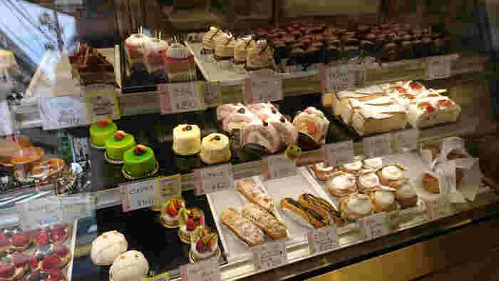 昔から親しみのあるエクレア、モンブラン、シュークリームといった定番から、ピスタチオやさくらロールなど、季節感のあるモダンなケーキまで取り揃えています。