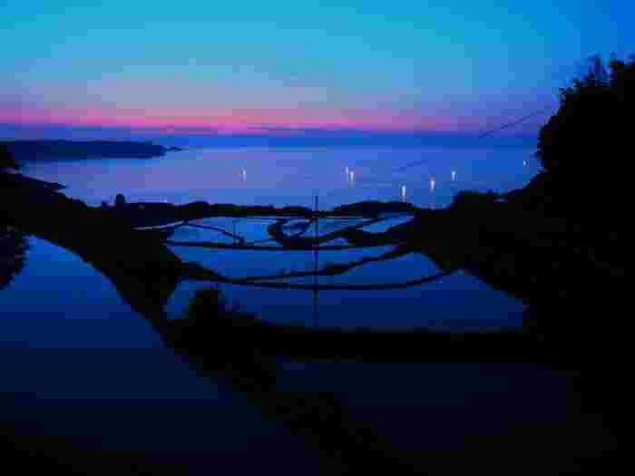 海と空とのバランスがとても美しい山口県の東後畑の棚田。漁火がこの風景に華を添えてくれますね。