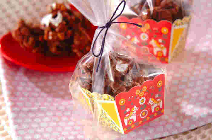 チョコグラノーラを透明なラッピング袋を使ってかわいらしく包んで♪ボックスの中にチョコグラノーラを詰め、透明袋に入れ、麻ひもで結わえて完成です。配りやすく、ボリュームある嬉しい一品です。