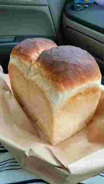 石窯で焼かれた山型の食パンは、少し武骨でなんだか男っぽいビジュアル。そして持ってみるとずっしり重量感もあります。