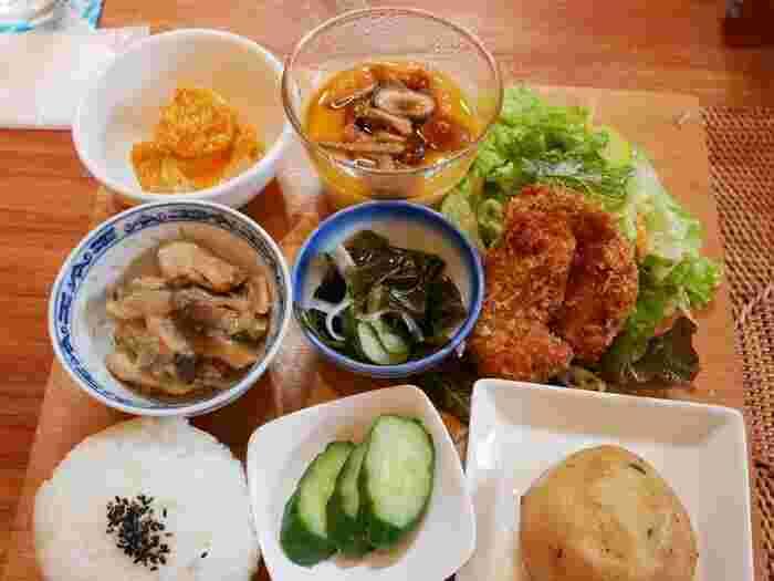 お昼は「TANNE ランチ」がおすすめ。和食を中心に、揚げ物や和え物、煮物などが彩り良く並んでいて、目でも楽しいスペシャルなメニューです。体にやさしいお料理と穏やかな時間に、ほっと肩の力が抜けていきそう。
