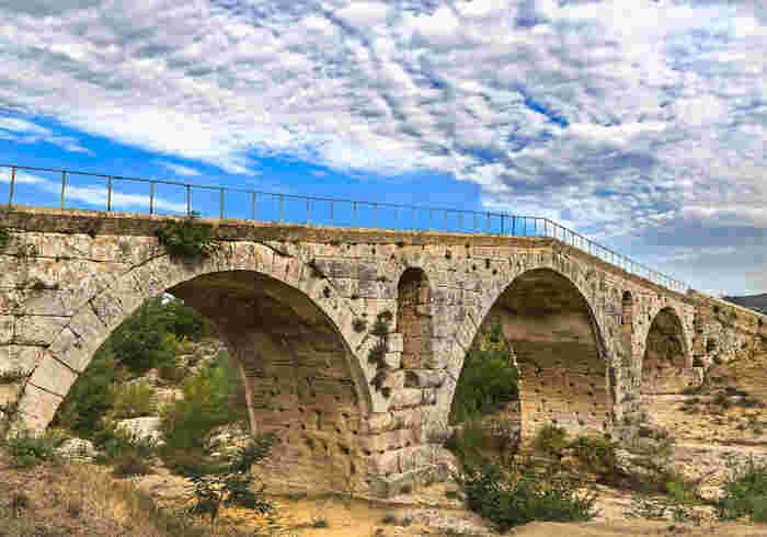 ボニュー村の郊外には、古代ローマ時代、紀元前3年に造られたジュリアン橋と呼ばれる石橋があります。素朴な石橋を眺めながら、2000年以上もの間、どれほどの多くの人々がこの橋を行き交ったのか、想いを馳せてみてはいかがでしょうか。