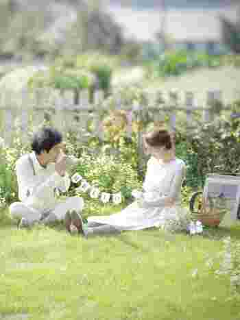 柔らかな日差しがなんとも素敵なこちらの写真は、マタニティフォトだそう。花嫁さまはショート丈のソックスと合わせて、白い革靴で。旦那さまはレザースニーカーでコーデ。幸せなひと時が伝わってきます。