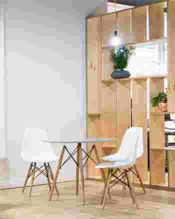 お部屋のベースカラーとなるのは、床や壁の色です。フローリングなら明るいブラウンから濃いブラウンまでさまざま。壁紙は白っぽいものが主流ですね。大きい家具の色をベースカラーと合わせるのが、インテリアに統一感をもたせるポイントです。