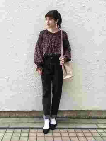 フラワープリントも秋はブラック系を選びたい。 夏っぽくならないポイントは足元!白い靴下をあわせると、季節感がありながらも軽やかさのあるコーデに。