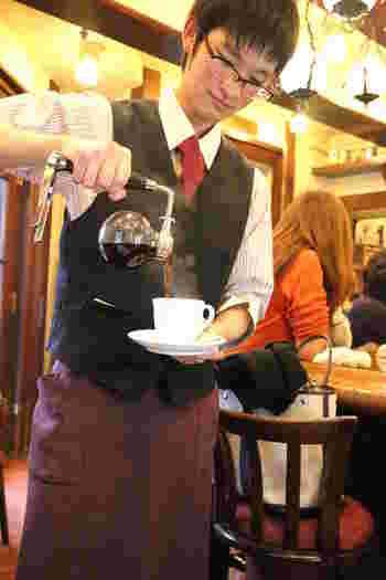 スタッフがテーブルまでサイフォンを運び、カップに注いでくれます。