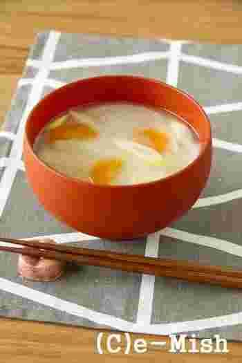 西日本を中心に使われている「白味噌」を使ったお味噌汁です。東日本に住んでいる方は、あまりなじみがないお味噌かも知れませんが、甘みとクリーム色が上品なお味噌です。  やさしい味は根菜類との組み合わせが相性良く、素材の味が引き立ちます。他の味噌にくらべて塩分が控えめなので、体調を気にする旦那さんにもおすすめです。