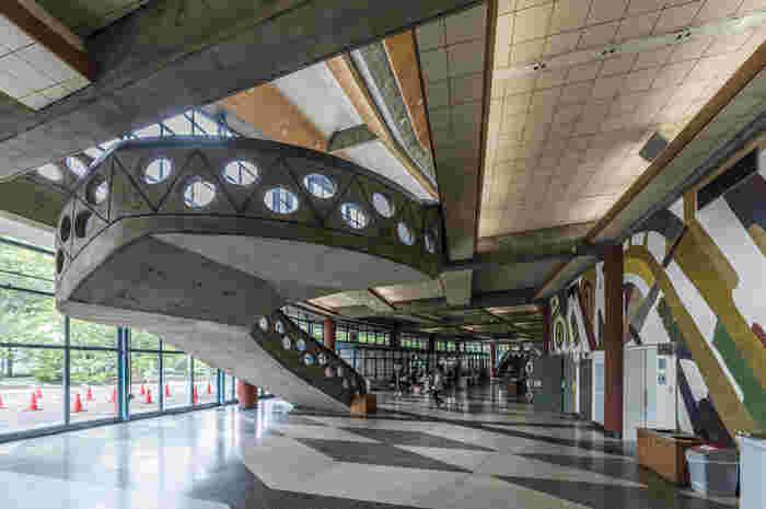 上記のホール内も素敵ですが、ホワイエも壁のデザインや階段のデザインなど実に見応えがあります。なお、催し物開催中は見学ができないので注意が必要です。またはコンサートなどにあわせて高崎市を訪れるのも良いかも。