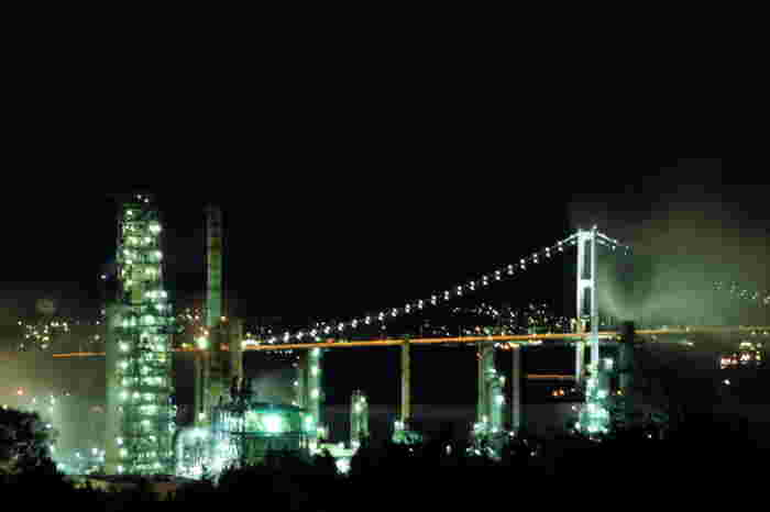 白鳥湾展望台からは、室蘭市のシンボルでもある白鳥大橋を背景に造船所、製鐵所、製鐵所などの工場群の夜景を楽しむことが出来ます。