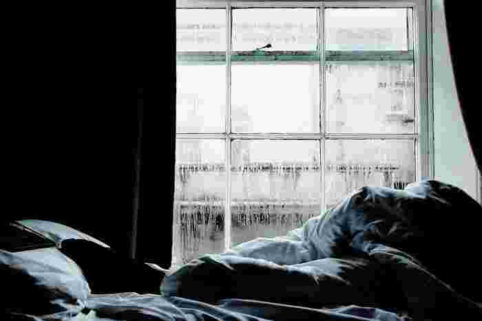 ベッド周りも、湿気には注意したいところ。毎日使うものだけど、布団は毎日は洗えないし、布団を干すのもマンションだと簡単ではないことも多いのでは。でもちょっとしたケアで、湿気を防いで気持ち良く寝られるベッドにしましょう。