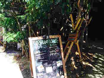 """生い茂るグリーンをかき分けて入るお店のエントランスは、ほかではなかなか見かけない素敵な佇まい。""""光・風・緑""""がコンセプトの「GREEN HOUSE silva(グリーンハウスシルバ )」は、店内のどこでも緑を楽しむことができます。"""