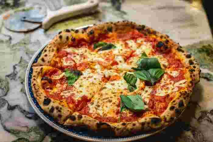 働きながら生活を送る南インドのスラム街に住む幼い兄弟。ある日、街に初めてピザ屋ができ、初めて見るその色とりどりのピザに釘付け!しかし、ピザの価格は1カ月の生活費以上。想像できない味を体験したい!と兄弟は奮闘します。
