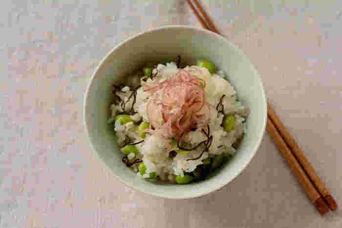 ゆでた枝豆と塩昆布、刻んだミョウガを乗せるだけの簡単レシピ。枝豆の代わりにそら豆でもOK!ミョウガの代わりに大葉やネギでもOK。色々アレンジ効くレシピです。