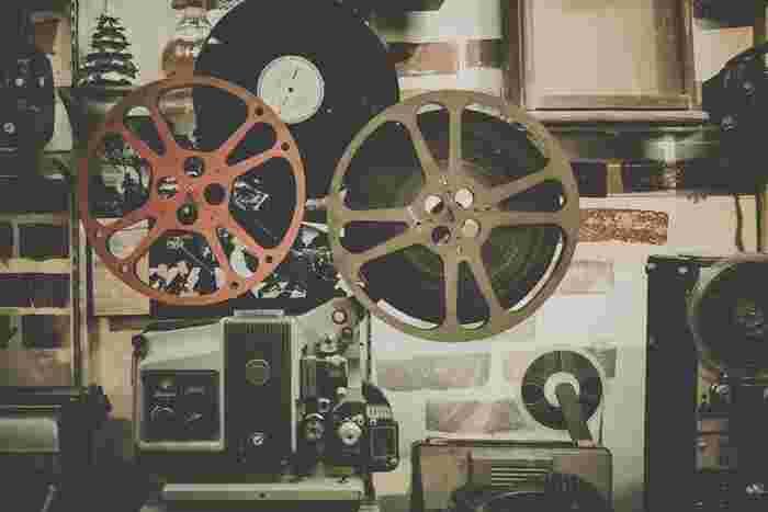 ミニシアターを訪れたことはありますか? 中には普通の映画館と何が違うの?小さいだけ?と思っている方もいるんでしょうか。コアな映画ファンが多そうでちょっと敷居が高いと思っている人もいるかもしれません。 ミニシアターとは、実は大きな映画会社の系列から外れた独立タイプの映画館。200人程度までがキャパというところが多いのでミニと言われますが、実際はもうすこし大きいところも存在します。映画を見に来る人に、上質な上演作を見せてくれます。