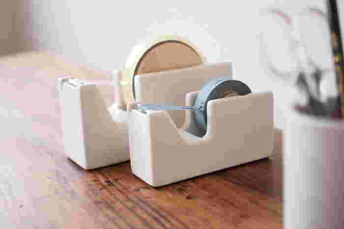 テープはテープカッターにこだわってみてはいかがでしょう。こちらの磁器でできたテープカッターは、岡山県倉敷市を拠点に活動する雑貨メーカー「倉敷意匠」オリジナルのもの。殺風景になりがちなデスク周りをあたたかい雰囲気にしてくれます。ナチュラルな木製の芯もアクセントになって素敵ですね。