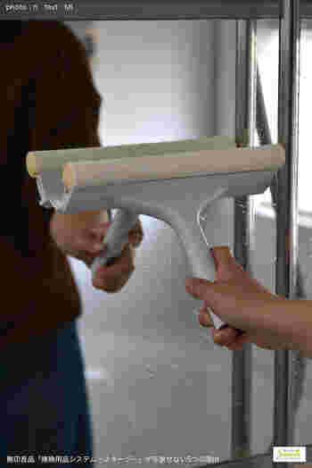 お風呂場の鏡に水滴が残ったまま乾くと、ウロコ状の汚れになり落としにくくなります。毎回スクイージーを使って水気を落としておくとよいでしょう。