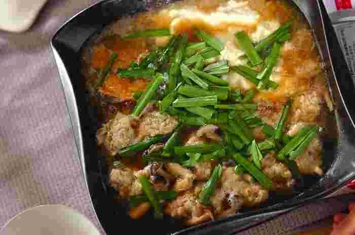 すり下ろした山芋は、火を通すことで、トロトロとした食感から、フワフワモコモコした食感に変化します。その特性をいかしたこちらの料理「和風だしのとろろ鍋」は、つくね団子にフワフワのとろろがうまく絡んでとっても美味しい!我が家の定番にしたいお鍋レシピです。