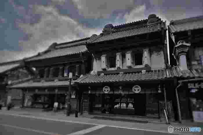 江戸時代の蔵作りを残した、当時の商店をそのまま感じさせる店構え。
