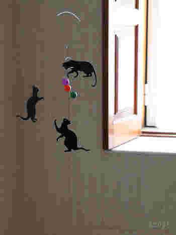 ボールと戯れる黒猫。  まるで本当に遊んでいるかのような 動きのあるデザイン。