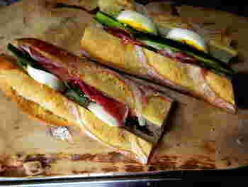 バゲットに新鮮な野菜や美味しいハム、卵を挟むだけのシンプルレシピ。バターの質などにこだわるとさらに美味しくなりますよ!