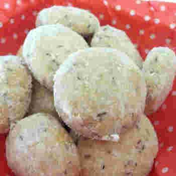 ルイボスティーは抽出して使うだけでなく、茶葉を使う方法も♪こちらは、菜種油を使ったスノーボールクッキーに、ルイボスティーの茶葉を混ぜたアイディアです。得意なクッキーレシピのアレンジにルイボスティーの茶葉を使ってみてはいかがでしょう♪