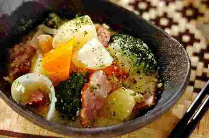 和のイメージが強い煮物ですが、豆乳を使えばおしゃれな洋風の煮物を作ることができます。スープには白ワインをたっぷり使用。白味噌を加えてコクを出します。具材はシチューと似ていますが、味は全く別物!余った具材で挑戦してみてはいかがでしょうか。