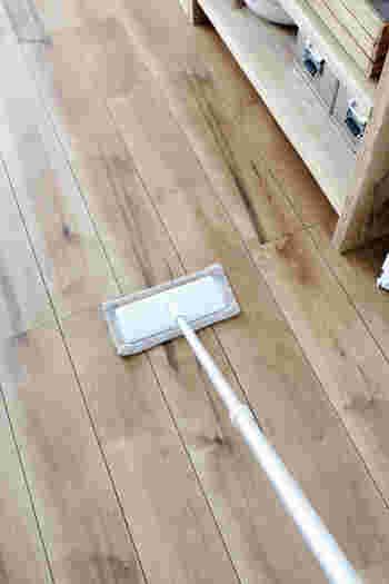 フローリングワイパーに使い古したタオルをセットして床掃除。汚れたら捨ててもいいので、床掃除が億劫な人にもおすすめです。ウェットタイプのフローリングシートはすぐに乾いてしまいますが、タオルならしっかり水拭きできます。