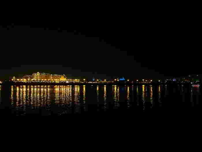 夜の海辺は昼間とはまた違った雰囲気が味わえます。