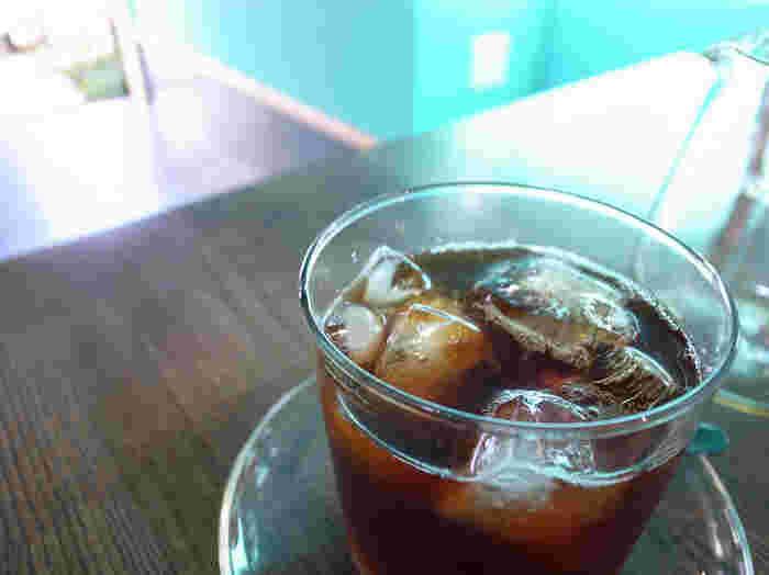 蒸し暑いこの時期は、アイスコーヒーを飲みたくなりますね。フルーティーで後味がすっきりした味わいは、汗ばむ季節にぴったり。清澄白河の裏路地にあるこちらのカフェを、ぜひ探してみてくださいね。