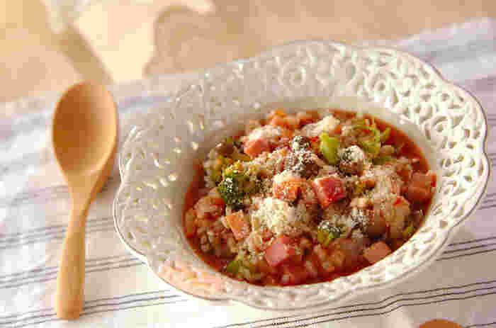 トマト風味の雑炊に厚切りハムの角切りをアレンジして。おひとり様のランチにもぴったりの美味しさです。