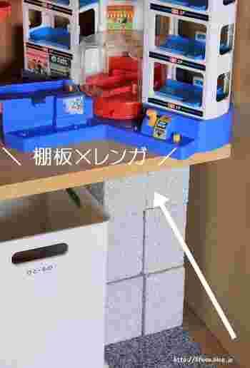 おもちゃや収納ボックスの高さに合わせてレンガの数を調整すればいいので、成長に合わせておもちゃが増えても安心、そして機能的ですね。