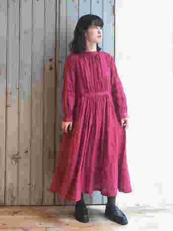 リネン素材の明るめピンクワンピースは、一枚でサラッと着こなしてもサマになるアイテム。靴下とシューズを黒系でまとめることで、ワンピースを主役にした簡単着映えコーデの完成です。