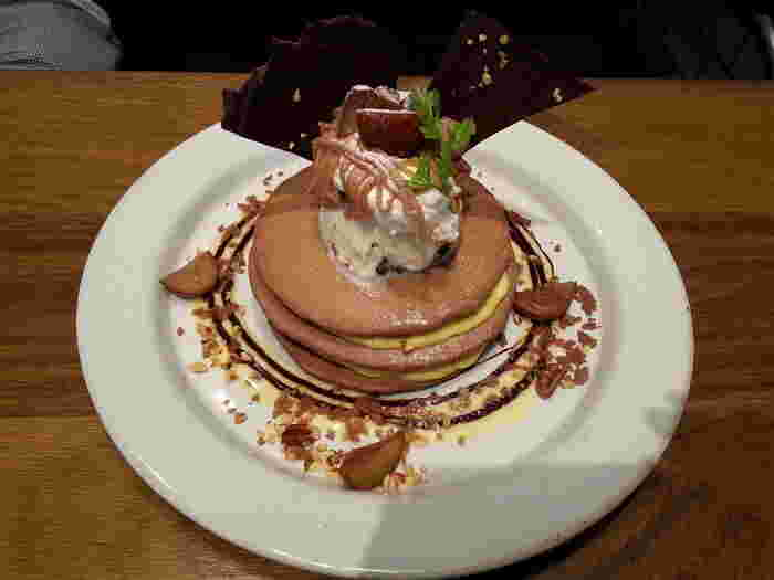 栗と木の実のカスタードパンケーキ。ケーキのモンブランが好きな方にはたまらない一品。チョコやカスタードクリームとのハーモニーも楽しみですね♪