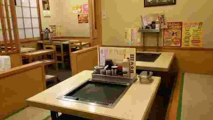 2012年に改装した店内は、清潔感があり気持ちの良い空間。昔から通う地元の常連さんも多いんだとか。