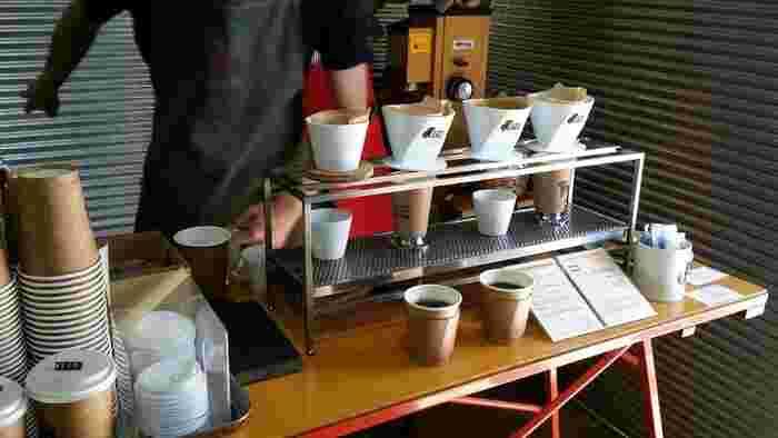 コーヒーは、注文してから豆を挽いてくれるので、香ばしい豆の香りが店内いっぱいに広がります。ハンドドリップで淹れる様子を目の前で見ているだけで期待が高まりますね。
