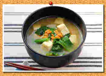 シンプルだけどこれだけでもおかずになるお味噌汁。お豆腐はヘルシーで高タンパク。お米などを食べずにこれだけで満足してすませたい方はお豆腐を多めに入れて作ると満腹感が得られて◎ツルムラサキや納豆は免疫力を高める効果もあるので体にもとってもやさしい。