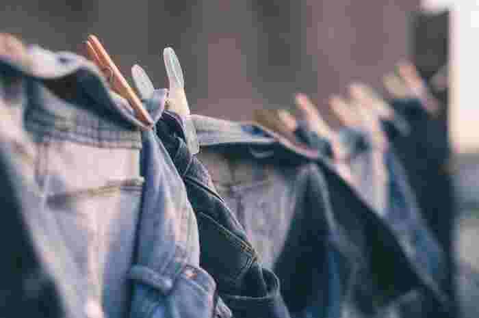 一口に「デニム」と言っても、アイテムの種類は様々。パンツ・シャツ・ジャケット・スカートなど非常に幅広く、またカラーの違いによっても雰囲気が大きく変わるのが特徴です。