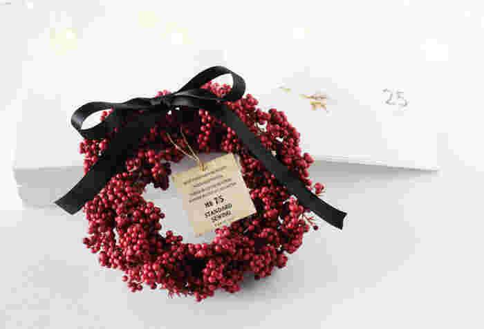 クリスマスがよく似合うペッパーベリーはなかなか扱いにくい…。そんなときは造花を使ってみましょう。材料費はワンコイン以内でリーズナブルに作れるのも嬉しいですね。