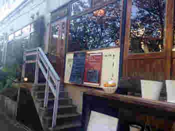 目黒川沿いにあるおしゃれさんご用達のカフェ、「HUIT(ユイット)」。春には目黒川の桜も眺められる好立地です。