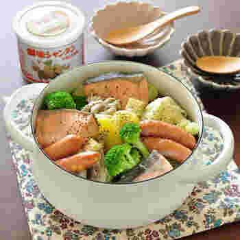 いろいろな具材がバランスよく楽しめる鍋物は、冬でなくてもおすすめ。こちらは、生鮭と相性のいいじゃがいもなどを、塩バター味でまとめた海鮮鍋。〆は、中華麺で塩バターラーメン風に。