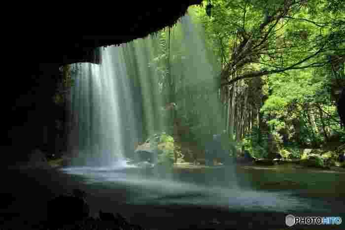 「裏見の滝」となっている鍋ヶ滝では、滝の裏側に入ることができます。ひんやりと静かな滝野の裏側からは、水のヴェールに包まれた森と渓谷を見渡すことができます。