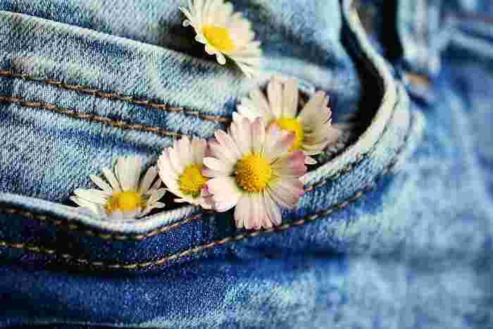 カジュアルで使い勝手の良いデニムは、毎日でも着たくなる身近なアイテムです。長く愛用しているうちに「やっと好みの色になってきたな」なんて嬉しくなることもありますよね。上手なお洗濯を続けて、お気に入りのデニムをもっともっと自分好みの一着に育ててみませんか?